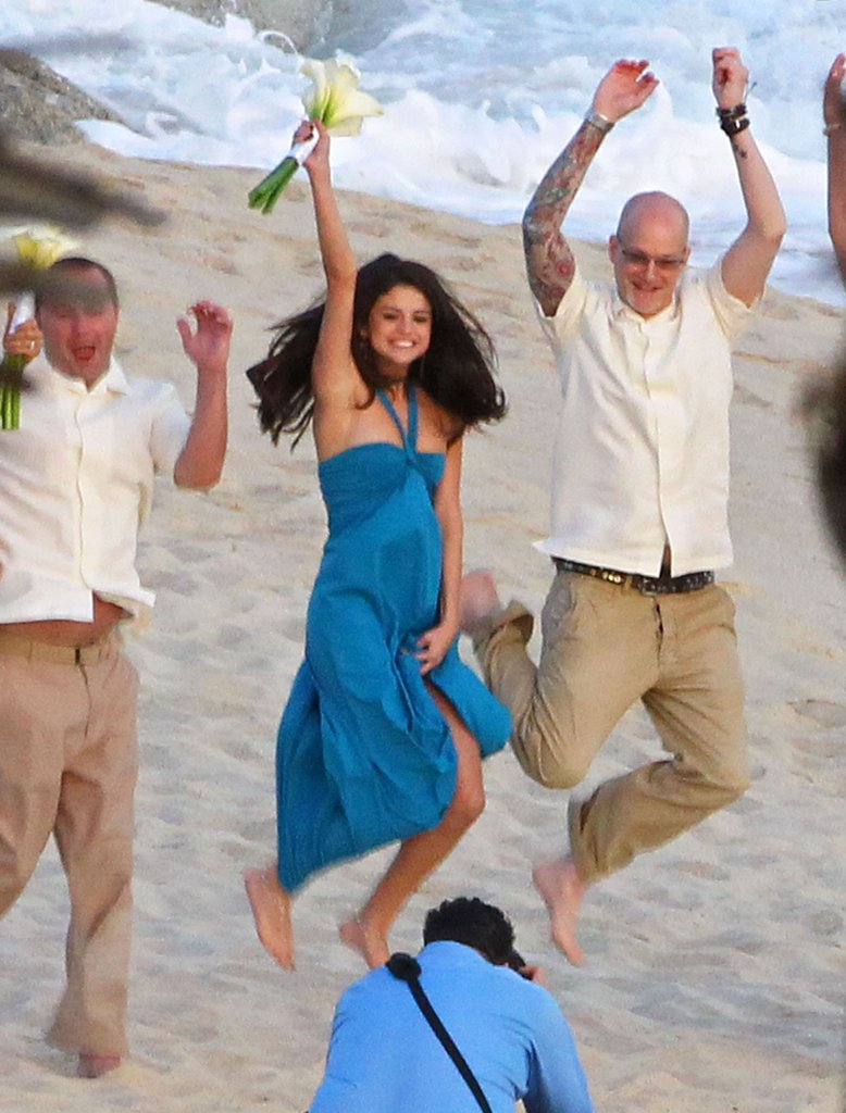 Selena-Gomez-posed-photographer-her-friend-Mexico-beach