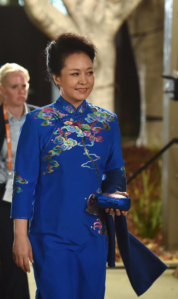 Gem blue dot on improvement of Chinese costume